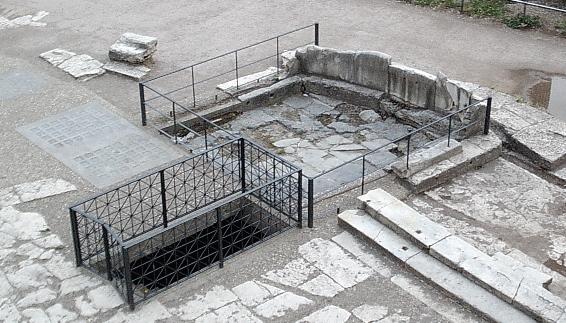 Lapis Niger Roman Forum flickr L. Allen Brewer.jpg