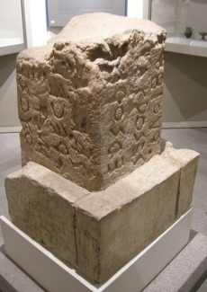 Lapis niger stele I, Sailko [GFDL (http:::www.gnu.org:copyleft:fdl.html) or CC BY-SA 3.0 (https:::creativecommons.org:licenses:by-sa:3.0)], via Wikimedia Commons
